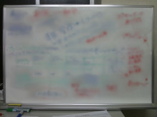 ホワイトボードにアイデアを書き出すと良い
